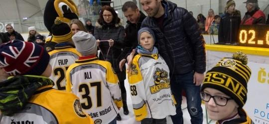 Na turnaji  ČSOB Poisťovňa baví hokejom v Aréne Sršňov pre kategóriu hráčov ročník 2008 - 2009 deťom ceny odovzdával brankár majstrov sveta z roku 2002 J.Lašák!