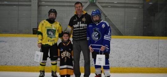 Náš najmladší hokejista v klube Tomáško oceňoval počas hokejového turnaja OFTUM CUP Slovakia 2019 najlepších hráčov zápasu